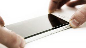 Das Gorillglas vorsichtig auf das Display vom Smartphone montieren.