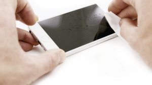 Montage des Gorillaglas mit Smartphone und Staubtuch